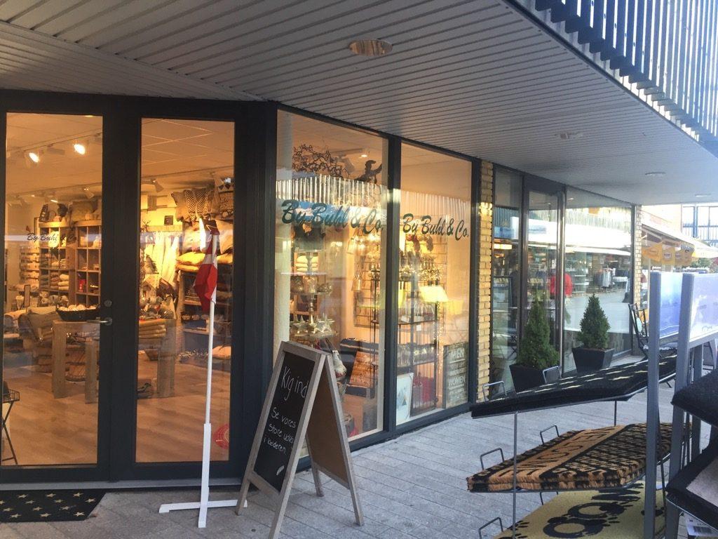 På besøg hos By Buhl & co. – Charmerende interiørbutik med brugskunst, boligindretning og -tilbehør.