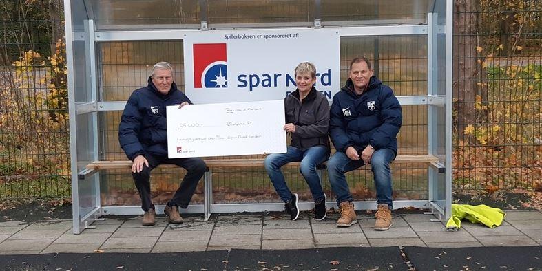 Spar Nord donerer penge til nye spillerbokse på kunststofbanen i Ølstykke.