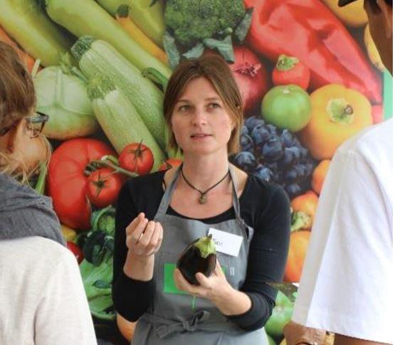 Michelle har sadlet om under coronakrisen: Fra madformidler til underviser i hygiejne.