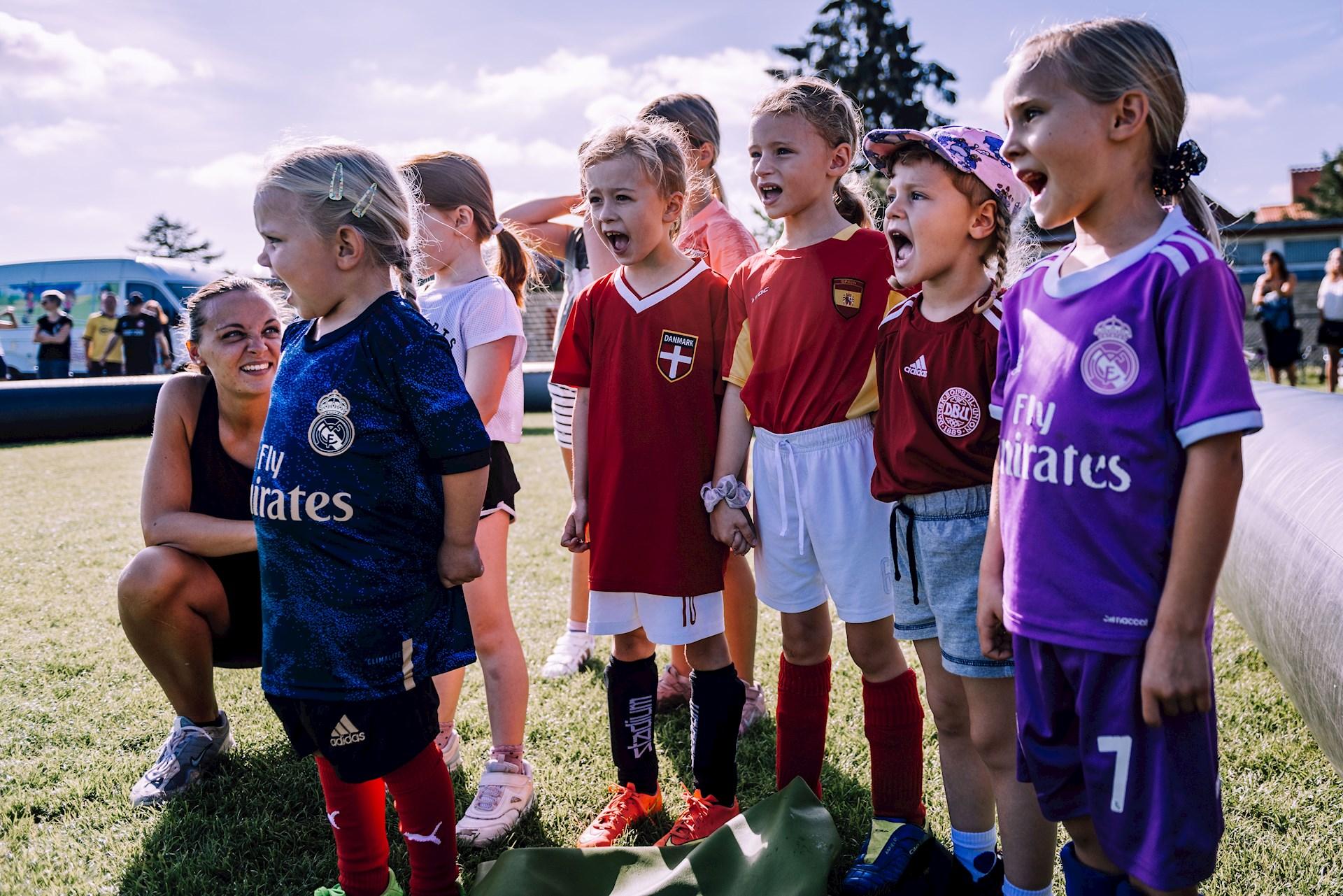 Piger kan også spille fodbold!… og Ølstykke FC vil gerne have flere af de lokale piger ud på banerne.