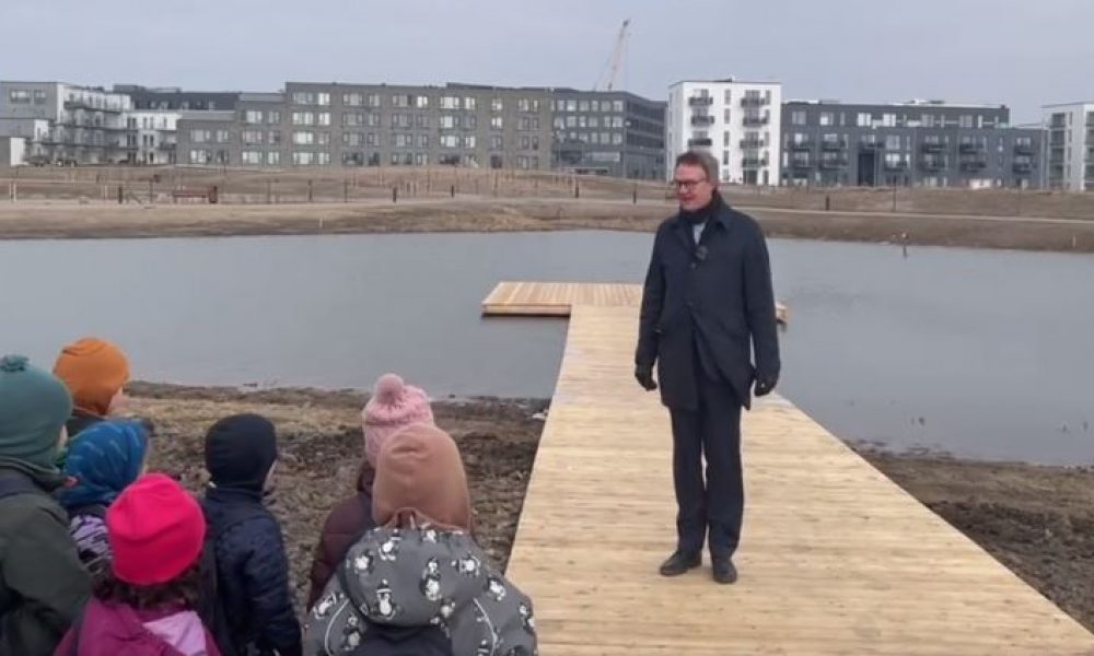 """Børnehavebørn og borgmester indviede flydebro på """"den hemmelige sø"""""""
