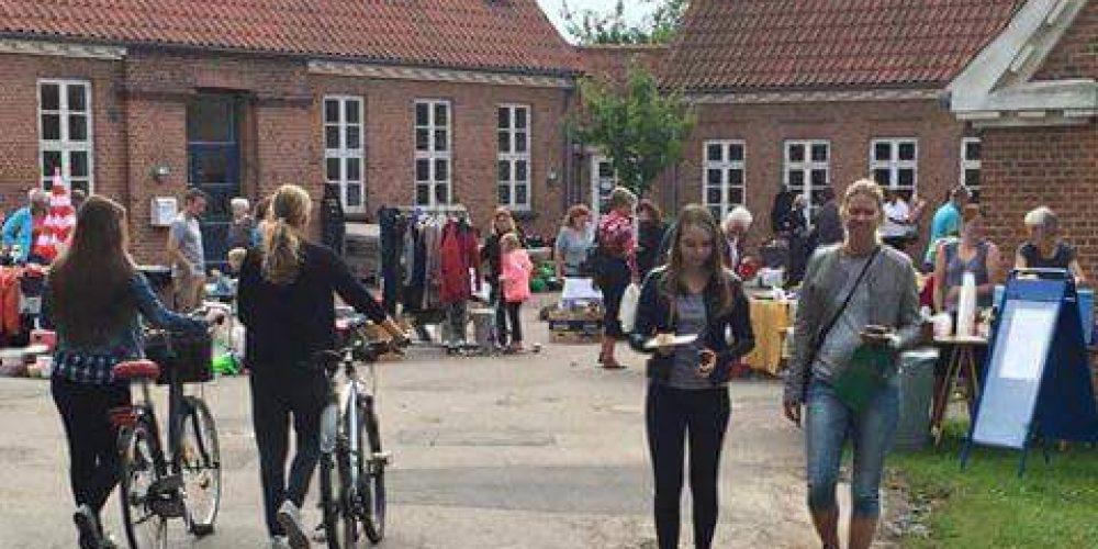 Book en stand ved det årlige loppemarked i den gamle skolegård i Ledøje