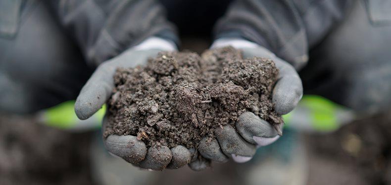 Hent gratis kompost til haven på kommunens genbrugsstationer
